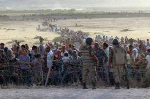 Refugees flee fighting in Syria to Turkey...