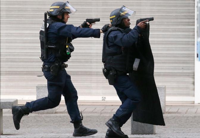 potd-paris-police-_3503642k (1)